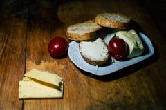 En platta av mat och k?tt arkivbilder
