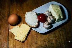 En platta av mat och k?tt royaltyfria bilder