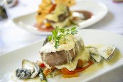 En platta av mat väntar för att ätas på en fin restaurang fotografering för bildbyråer