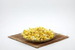 En platta av popcorn på bambugardinen spjälkar Royaltyfria Bilder