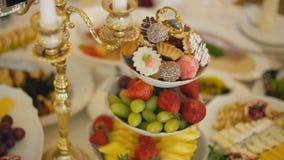 En platta av s?tsaker och frukt stock video