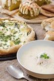 En platta av soppa, pizza och bakning fotografering för bildbyråer