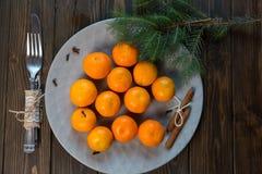 En platta av tangerin blir på trätabellen nytt år för begrepp Top beskådar royaltyfri foto