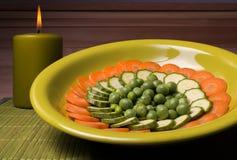 En platta med grönsaker Arkivfoto