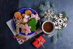 En platta med kakor bredvid en kopp av varm choklad ovanför sikt royaltyfria bilder
