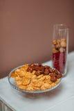 En platta med kakor på tabellen Royaltyfria Bilder
