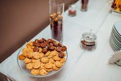En platta med kakor på tabellen Royaltyfria Foton