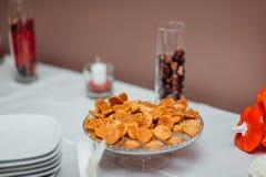 En platta med kakor på tabellen Fotografering för Bildbyråer