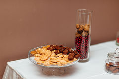 En platta med kakor på tabellen Arkivbild