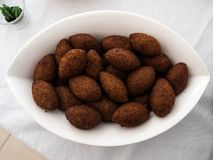 En platta med kibbe, en berömd arabisk mat royaltyfria bilder