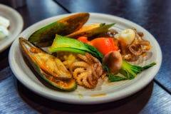En platta med läcker skaldjur, NZ-musslan och att behandla som ett barn bläckfisken för lunch royaltyfria bilder