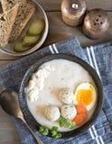 En platta med vit polsk soppa Vit borsch med ägget, köttbullar, keso och morötter arkivbilder