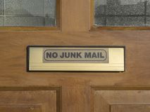 En platta på ytterdörren med förfrågan att inte annonsera i brevlådan Fotografering för Bildbyråer