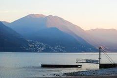 En plattform på sjön Royaltyfria Bilder
