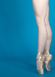 En Pointe de las piernas de la bailarina Fotografía de archivo