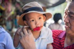 En pojke äter glass royaltyfria bilder