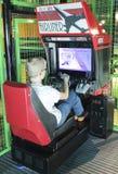 En pojke använder en Flight Simulator på museet för upptäcktbarn` s Arkivfoto
