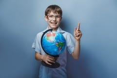 En pojke av 10 år av det europeiska utseendet med Arkivfoton