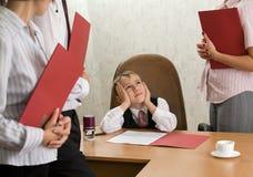 En pojke av fem på kontorsskrivbordet som ett framstickande Royaltyfri Fotografi