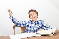 En pojke gör hans läxa Royaltyfri Fotografi