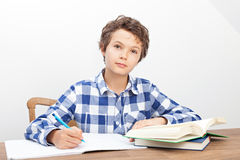 En pojke gör hans läxa Fotografering för Bildbyråer