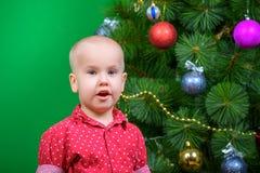 En pojke i dekoren för nytt år som väntar på det nya året arkivfoto