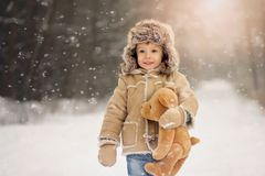 En pojke i den vita snöig vintern i skogen arkivbild