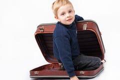 En pojke i en resväska Royaltyfria Foton
