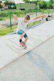 En pojke i en skridsko parkerar att göra ett trick på en skateboard royaltyfri fotografi