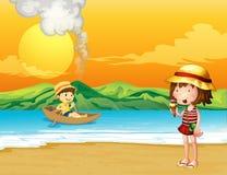 En pojke i ett träfartyg och en flicka på kusten Royaltyfria Bilder