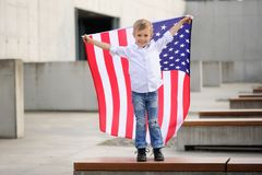 En pojke med amerikanska flaggan Royaltyfria Bilder