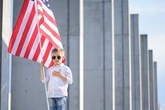 En pojke med amerikanska flaggan Arkivfoto