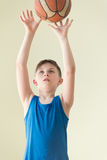En pojke med bollen Royaltyfria Foton