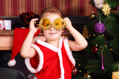 En pojke med dekorerade exponeringsglas i nyårsaftonen Fotografering för Bildbyråer