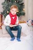 En pojke med en fotokamera Arkivfoton