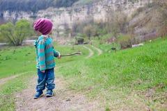 En pojke med en pinne Royaltyfri Fotografi