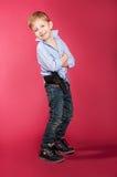 En pojke med ett vapen Arkivfoto