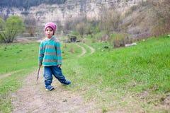 En pojke med en pinne Fotografering för Bildbyråer
