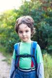 En pojke med en ryggsäck Royaltyfri Fotografi