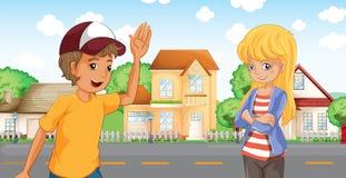 En pojke och en flicka som talar över grannskapen Arkivbild