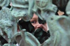 En pojke och en skulptur arkivbild