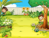 En pojke och ett flickanederlag i trädgården Arkivbilder