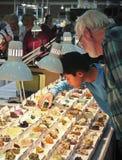 En pojke och hans farfar shoppar på den Tucson ädelstenen och mineralen Sho Arkivfoton