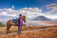 En pojke och hans häst på den Bromo Tengger Semeru nationalparken royaltyfria bilder