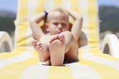 En pojke på stranden Fotografering för Bildbyråer