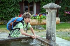 En pojke är dricksvatten Royaltyfri Fotografi