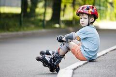 En pojke rider på rullar Arkivfoton