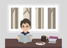 En pojke som läser en bok Arkivbilder