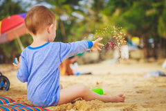 En pojke som leker på stranden Royaltyfria Foton