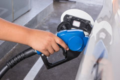 En pojke som pumpar gas Royaltyfri Foto